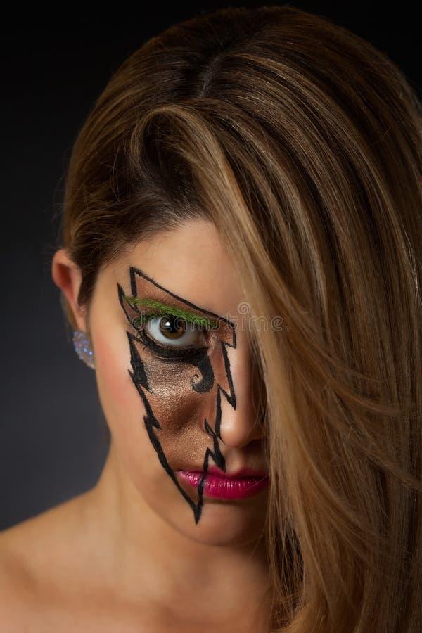 Primer del maquillaje del relámpago de la muchacha que lleva bonita imagen de archivo libre de regalías