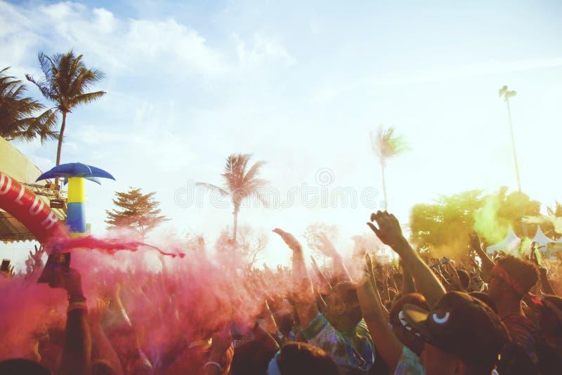 Primer del maratón, gente cubierta con el polvo coloreado en el festival del final imagen de archivo