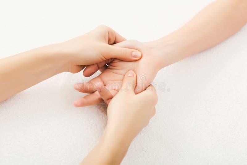Primer del masaje de la mano, acupressure imagenes de archivo