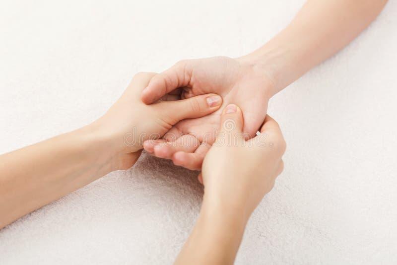 Primer del masaje de la mano, acupressure foto de archivo libre de regalías