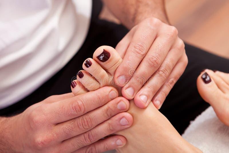Primer del masaje del pie fotos de archivo libres de regalías