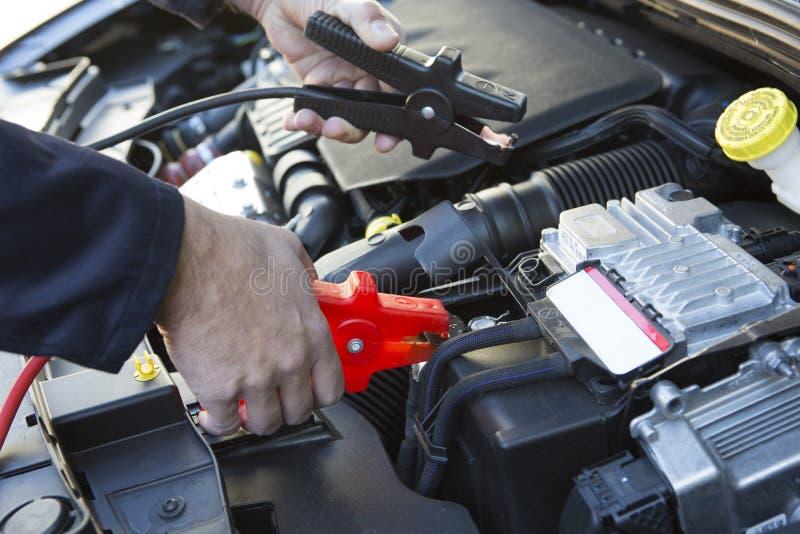 Primer del mecánico Attaching Jumper Cables To Car Battery foto de archivo