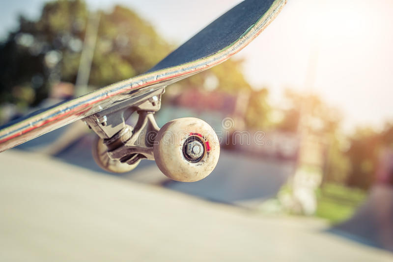 Primer del monopatín en skatepark imagen de archivo libre de regalías