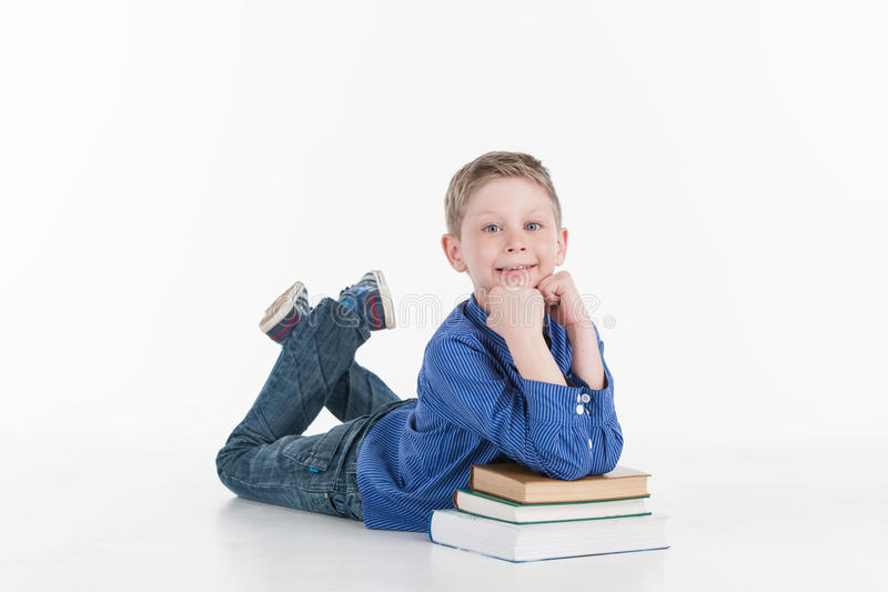 Primer del niño pequeño que se inclina en los libros foto de archivo libre de regalías