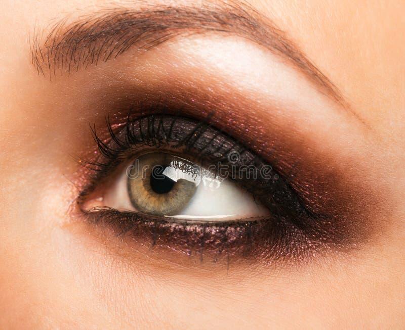 Primer del ojo mujeril con maquillaje imagen de archivo