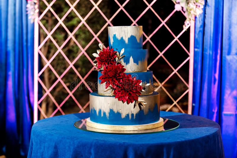 Primer del pastel de bodas blanco con las flores Torta de boda grande Tendencias de la decoración Ceremonia de boda imágenes de archivo libres de regalías