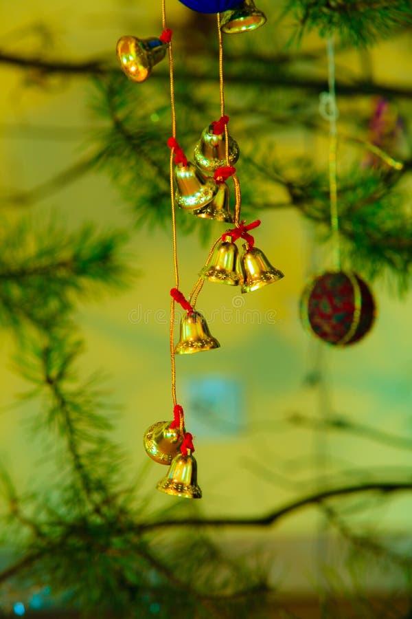 Primer del pequeño ornamento del árbol de navidad de las campanas foto de archivo libre de regalías