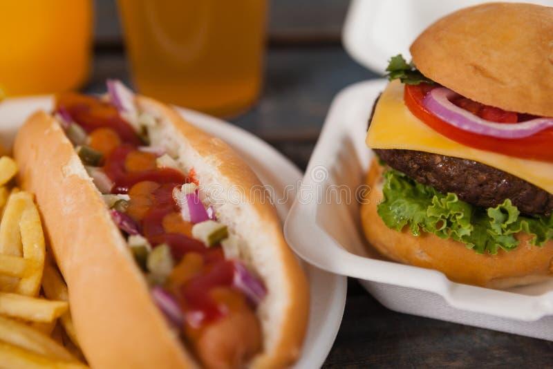 Primer del perrito caliente y de la hamburguesa imagen de archivo libre de regalías