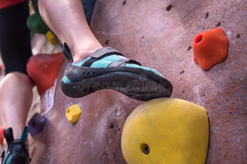 Primer del pie de los zapatos que sube imagenes de archivo