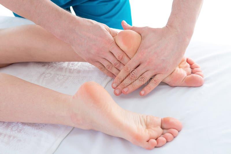 Primer del pie que recibe masaje en la terapia blanca, alternativa foto de archivo
