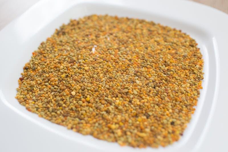 Primer del polen en una placa blanca fotografía de archivo