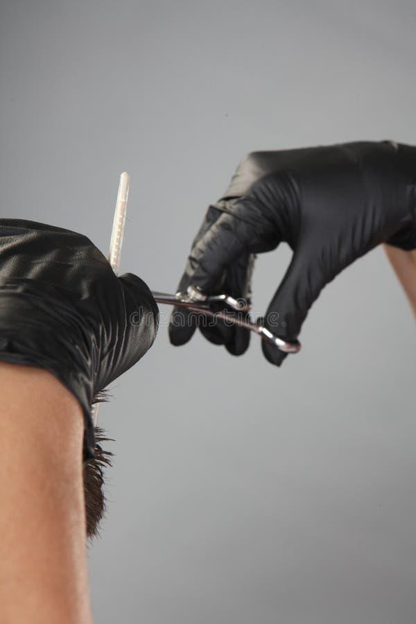 Primer del proceso del corte de pelo de un hombre fotografía de archivo libre de regalías