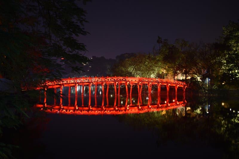 Primer del puente rojo famoso hermoso de Huc en la noche en el lago Hoan Kiem en Hanoi, Vietnam, Asia foto de archivo