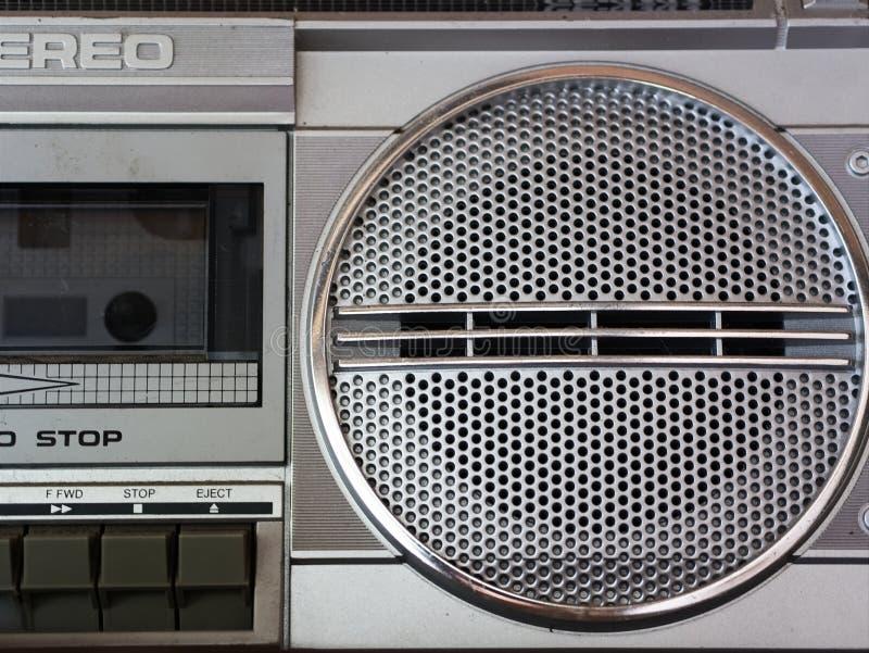 Primer del reproductor de audio retro/del vintage del portabl de la radio del casset del estéreo imagen de archivo