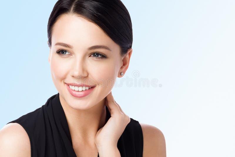 Primer del retrato del cuello conmovedor de la mujer hermosa Piel limpia perfecta y sonrisa imagen de archivo libre de regalías