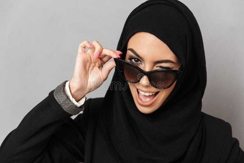 Primer del retrato de la mujer musulmán elegante 20s en la sonrisa del hijab foto de archivo