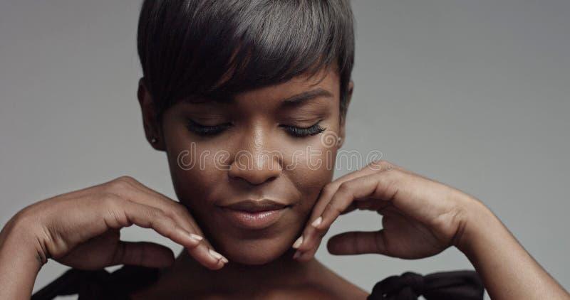 Primer del retrato de la mujer negra de la belleza imagen de archivo libre de regalías