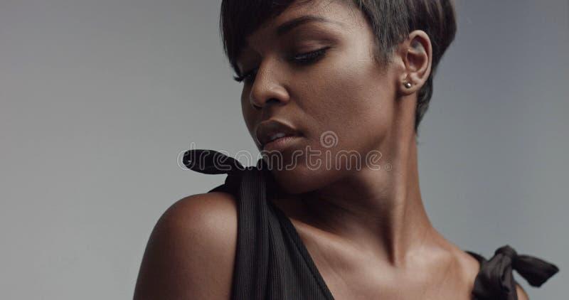Primer del retrato de la mujer negra de la belleza fotografía de archivo