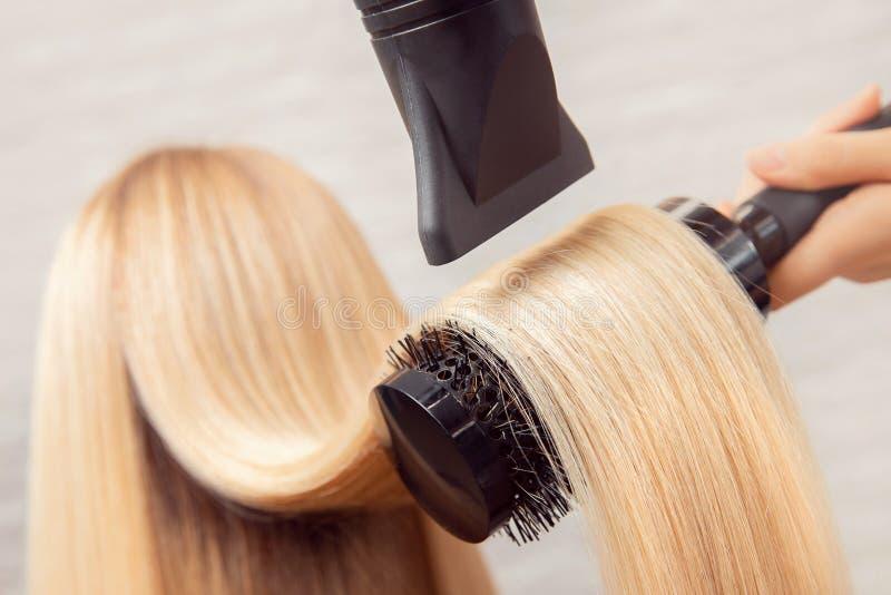 Primer del secador de pelo, sal?n del corte del concepto, estilista de sexo femenino fotos de archivo