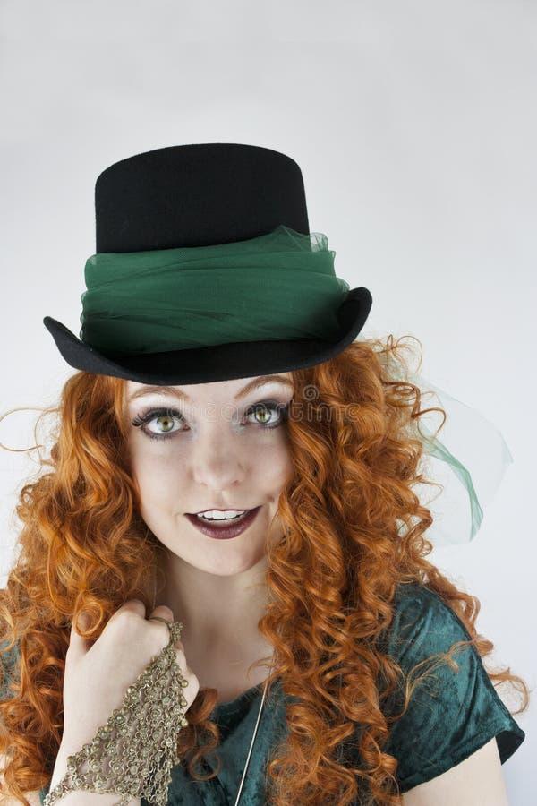 Primer del sombrero de copa que lleva de la mujer foto de archivo libre de regalías
