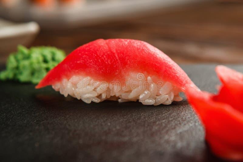 Primer del sushi japonés fresco del nigiri con el atún fotografía de archivo