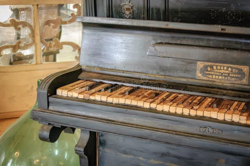 Primer del teclado de piano antiguo dañado viejo fotos de archivo libres de regalías