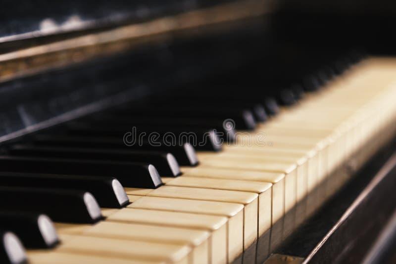Primer del teclado de piano viejo, foco selectivo, tono suave Fondo con el piano antiguo imagen de archivo