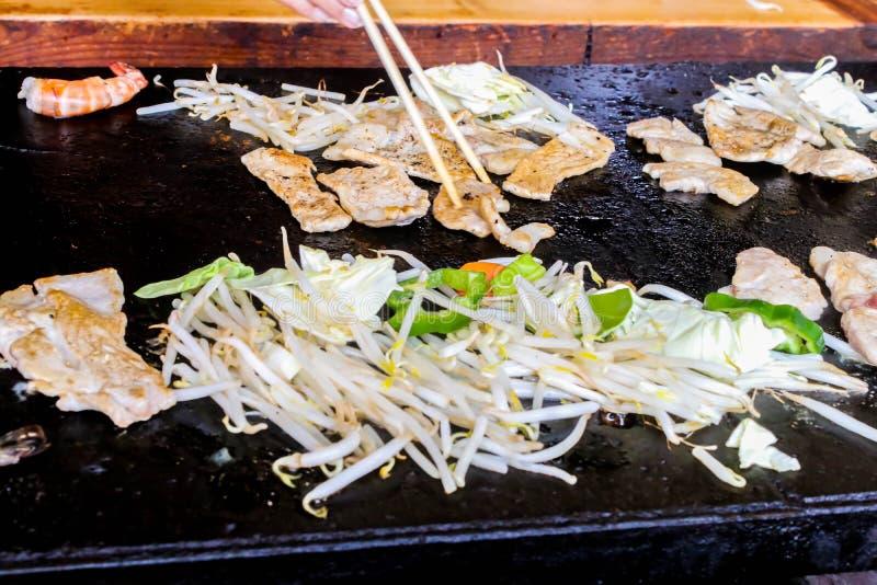 Primer del tepanyaki tradicional del cerdo de la parrilla en la cacerola caliente en Japón imagen de archivo libre de regalías