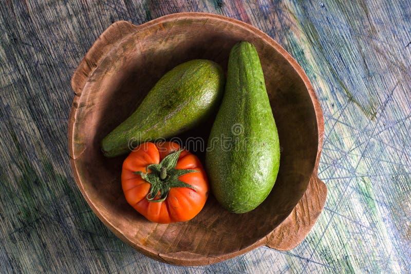 Primer del tomate de la variedad y de la herencia del aguacate en un cuenco foto de archivo libre de regalías