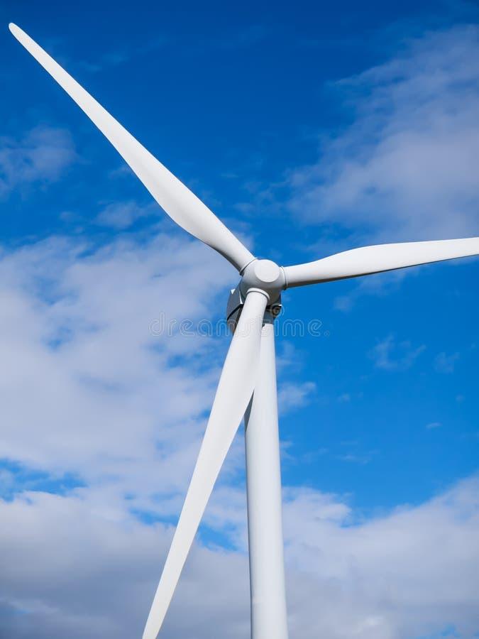 Primer del top de la turbina de viento en el cielo azul foto de archivo
