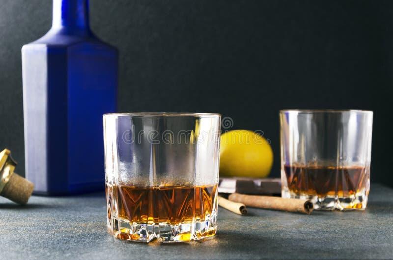 Primer del vidrio con brandy y otros bocados, tales como limón, chocolate imágenes de archivo libres de regalías
