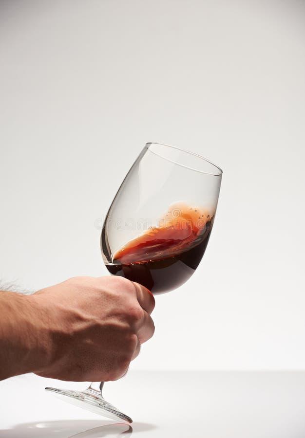 Primer del vino que sacude en vidrio imagen de archivo