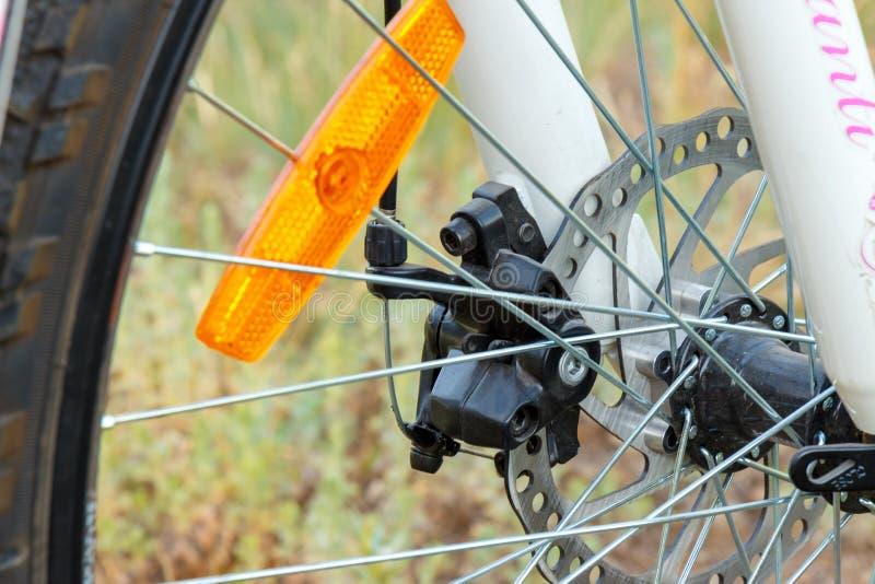 Primer delantero de la rueda de la bici de montaña fotografía de archivo