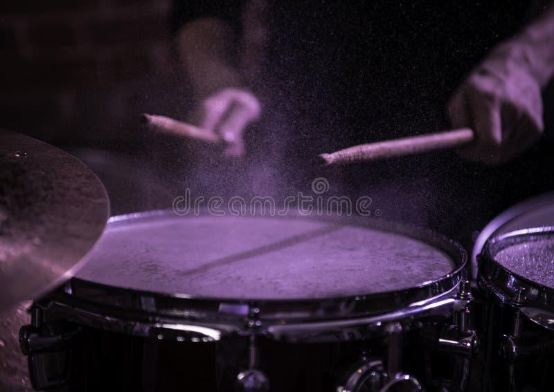 Primer determinado del tambor profesional Batería con los tambores imagenes de archivo