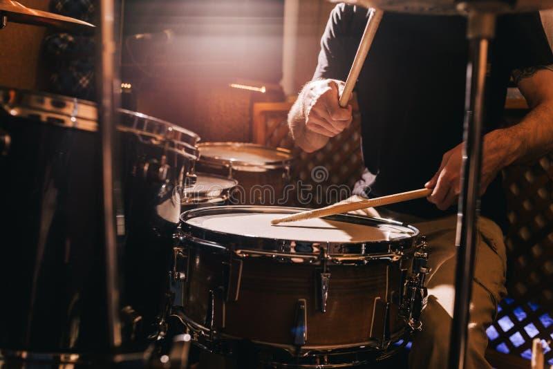 Primer determinado del tambor profesional Batería con los tambores imagen de archivo