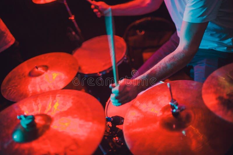 Primer determinado del tambor profesional Batería con los tambores, concierto de la música en directo foto de archivo libre de regalías