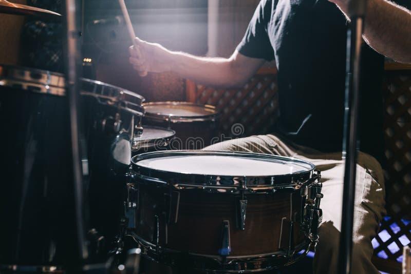 Primer determinado del tambor profesional el batería juega los tambores foto de archivo libre de regalías