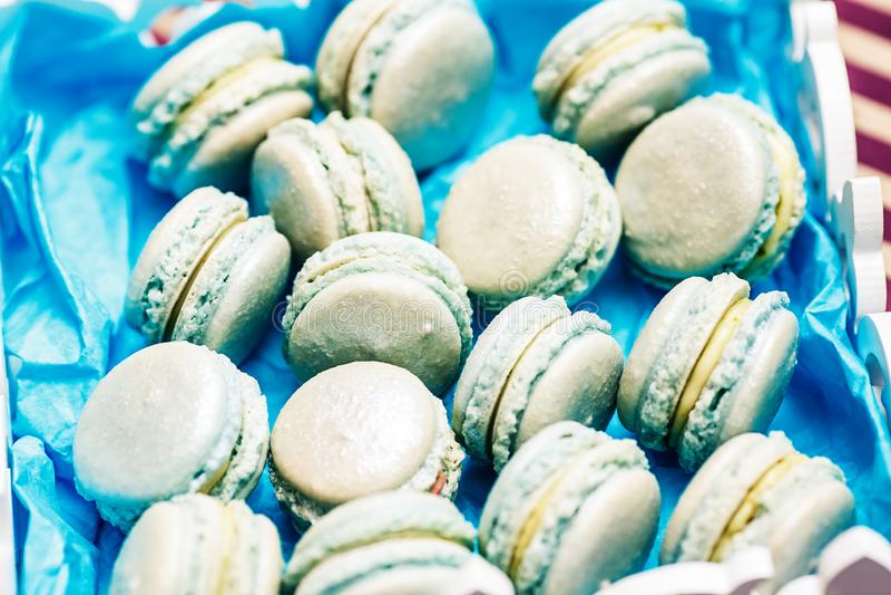 Primer dulce de los macarrones de la turquesa en la tabla festiva Concepto del d?a de fiesta fotografía de archivo libre de regalías
