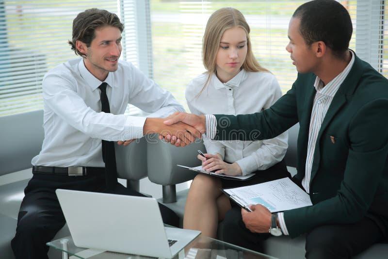 primer el encargado confirma la transacción con el cliente imágenes de archivo libres de regalías