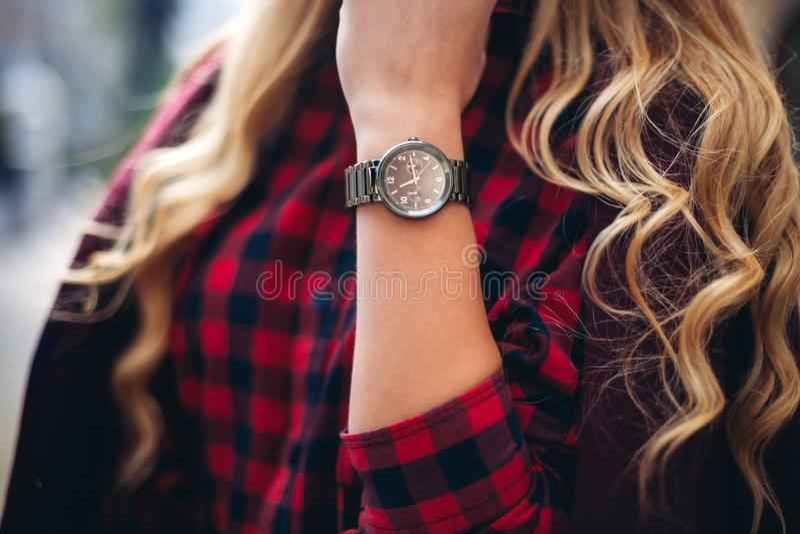 Primer elegante, de moda del equipo del reloj en la mano de la mujer elegante Muchacha de moda en la calle Moda femenina fotos de archivo