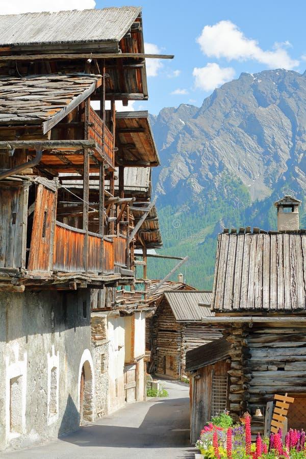Primer en casas tradicionales con los balcones de madera tradicionales en el pueblo de Veran del santo foto de archivo