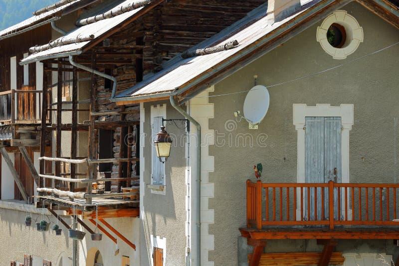 Primer en casas tradicionales con los balcones de madera tradicionales en el pueblo de Veran del santo imagen de archivo libre de regalías