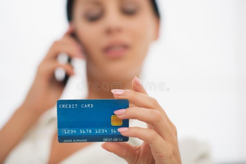 Primer en de la tarjeta de crédito a disposición de la hembra fotografía de archivo