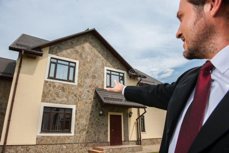 Primer en el agente inmobiliario sonriente listo para vender la casa fotografía de archivo