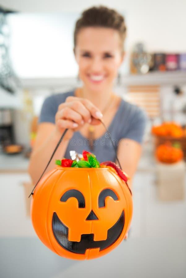 Primer en el cubo de Halloween por completo de caramelo del truco o de la invitación fotografía de archivo libre de regalías