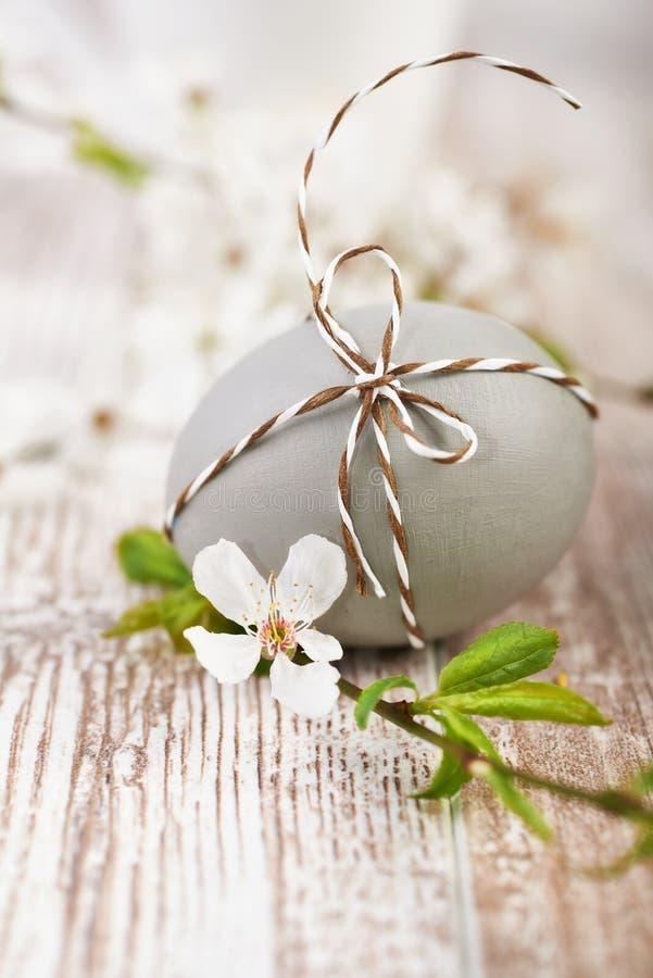 Primer en el huevo de Pascua marrón atado con el cordón a cuadros con blanco foto de archivo libre de regalías