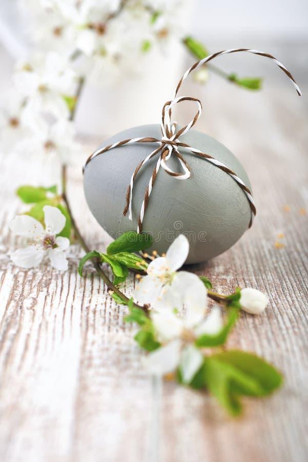 Primer en el huevo de Pascua marrón atado con el cordón a cuadros con blanco imagen de archivo libre de regalías