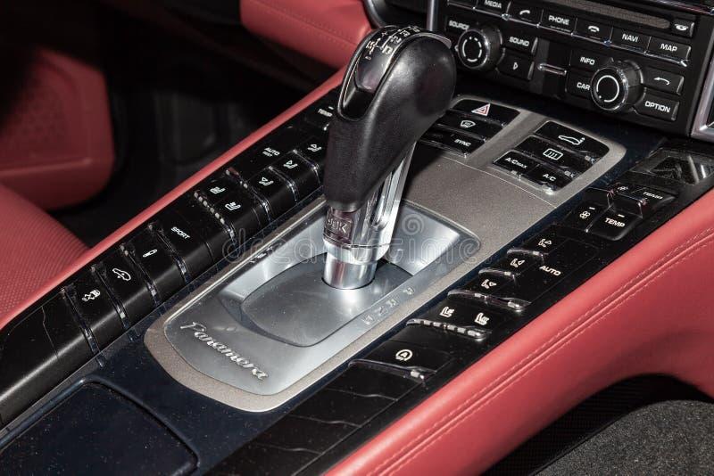 Primer en el panel de control con un selector del engranaje con un gran número de botones arreglados con cuero rojo dentro de a fotos de archivo libres de regalías