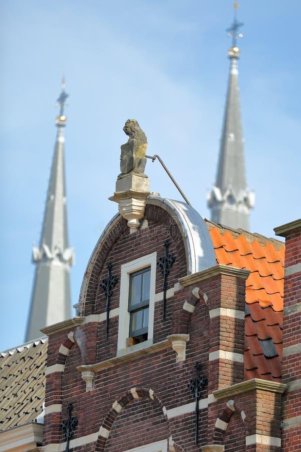 Primer en fachadas tradicionales en la plaza principal Markt con los chapiteles de Maria van Jesse Kerk en el fondo, cerámica de  fotos de archivo libres de regalías