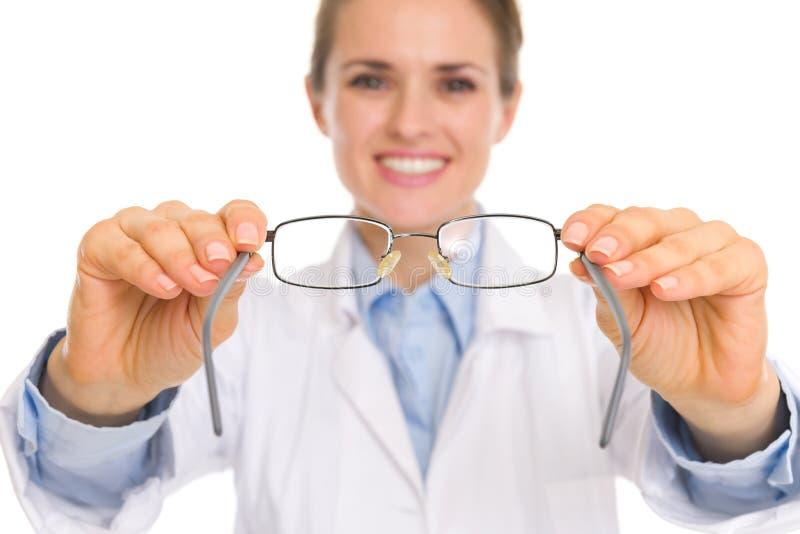 Primer en la mujer del médico que da los vidrios del ojo foto de archivo